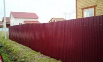 Як побудувати паркан з профнастилу на дачі?