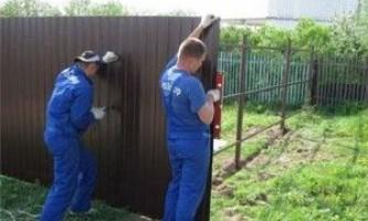 Як встановити паркан з профнастилу своїми руками?