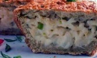 Цибулевий пиріг з плавленим сиром