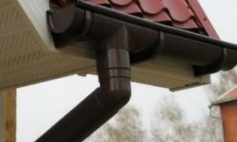Водостоки для даху садового будиночка на дачі, пристрій, монтаж самостійно